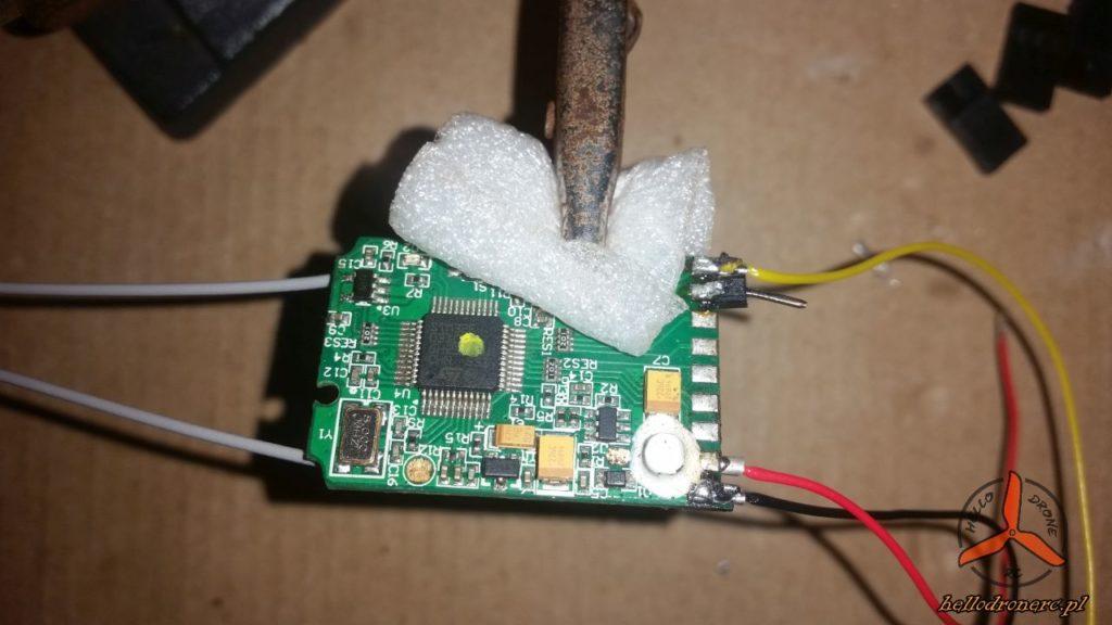 IA6B z przylutowanymi kablami komunikacyjnymi kontrolera lotu